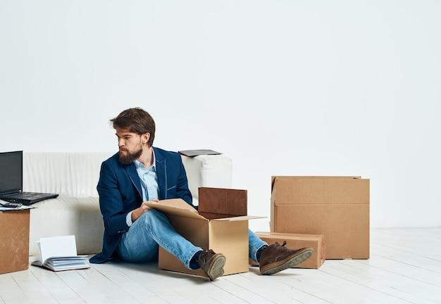 Geschäftsmannboxen mit lifestyle-dingen, die büroumzug verpacken. hochwertiges foto