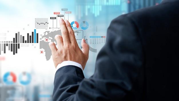 Geschäftsmanncheck-investitionsdiagramm auf spiegelschirm