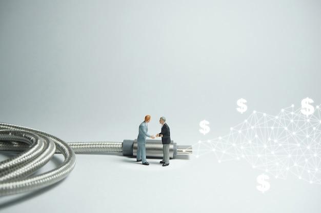 Geschäftsmannfigur, die vor usb-usb-typ c-kabel steht. e-commerce-konzept.