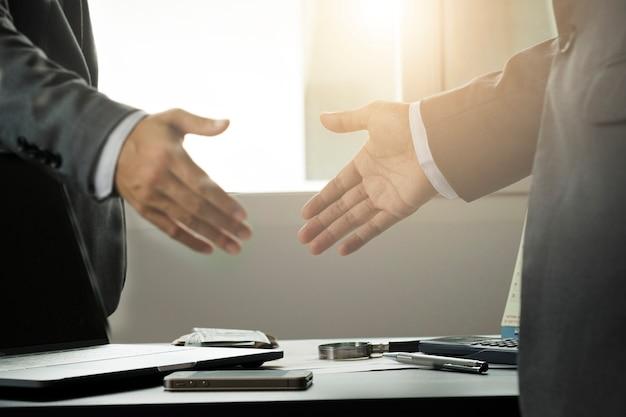 Geschäftsmanngeste, die hand für erfolgreiche handelsverhandlung rüttelt