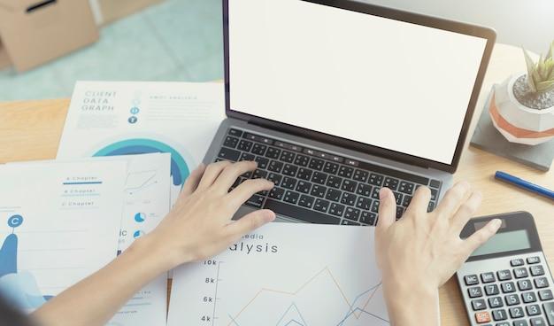 Geschäftsmannhände, die laptop mit leerem bildschirm verwenden. mock-up des computermonitors. exemplar bereit für design oder text.