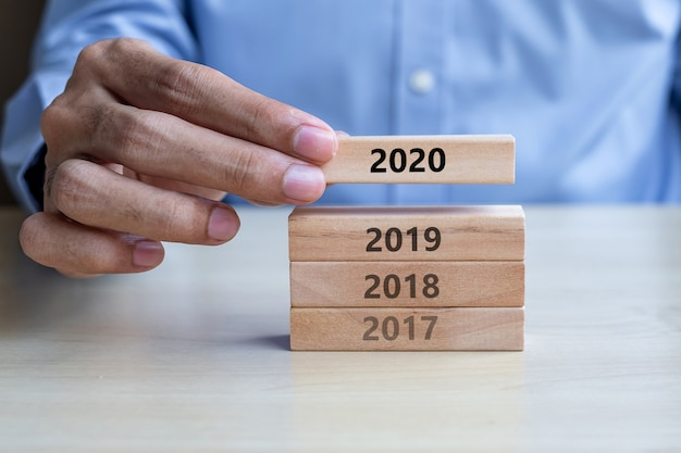 Geschäftsmannhand, die 2020 zieht