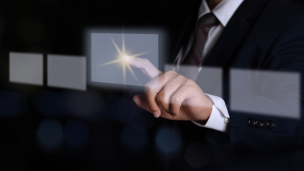 Geschäftsmannhand, die auf eine touchscreen-schnittstelle drückt. wahlkonzept.
