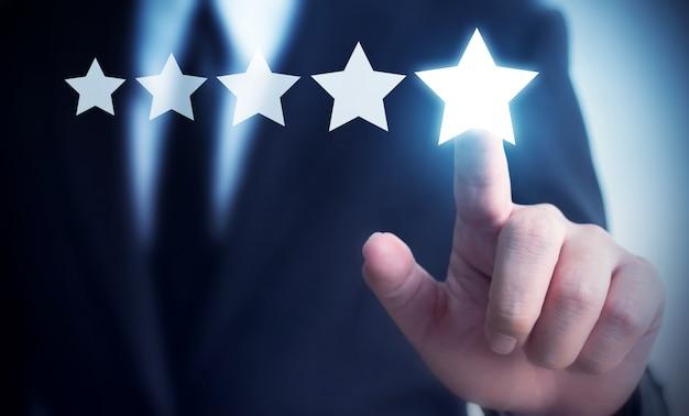 Geschäftsmannhand, die die bewertung mit fünf sternen berührt, um bewertung des firmenkonzeptes zu erhöhen