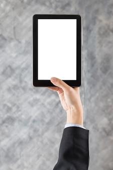Geschäftsmannhand, die digitales tablett hält