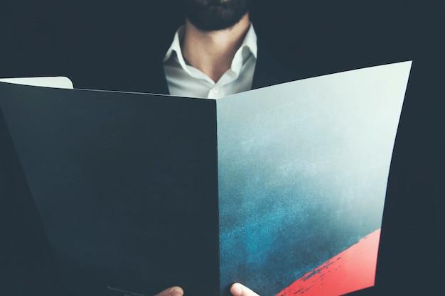 Geschäftsmannhand, die dokument hält