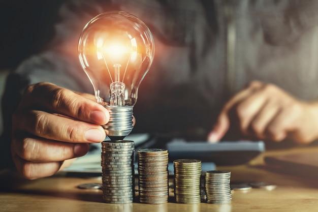 Geschäftsmannhand, die glühlampe hält ideenkonzept mit innovation und inspiration