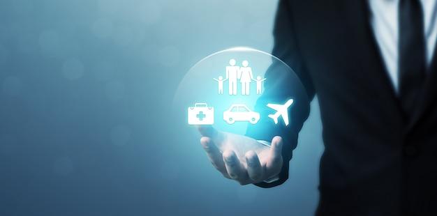 Geschäftsmannhand, die ikonenmenschenfamilie, gesundheit, auto und flugzeug zeigt