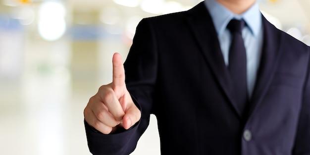Geschäftsmannhand, die über unschärfebürohintergrund, geschäftshintergrund, fahne sich berührt