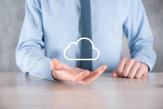 Geschäftsmannhand, die wolke hält. cloud-computing-konzept, nahaufnahme des jungen geschäftsmannes mit wolke über seiner hand. das konzept des cloud-dienstes.