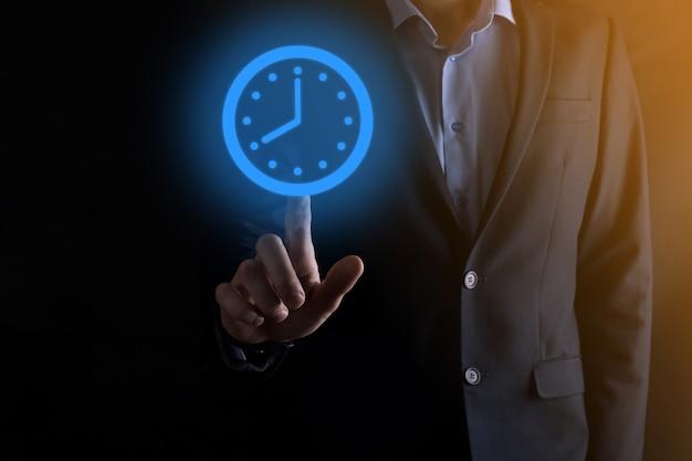 Geschäftsmannhand hält das symbol der stundenuhr mit pfeil. schnelle ausführung der arbeit. geschäftszeitmanagement und geschäftszeit ist geldkonzepte