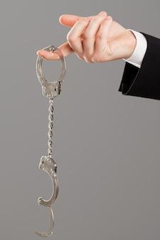 Geschäftsmannhand mit den geöffneten handschellen