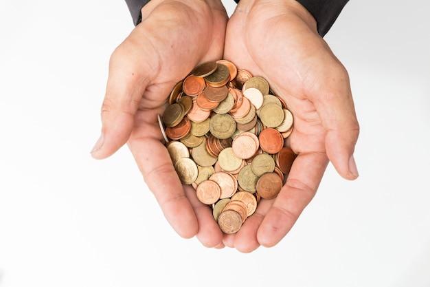Geschäftsmannhand, welche die münzen hält