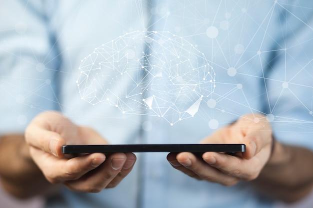 Geschäftsmannhandtelefon mit digitalem gehirn im bildschirm