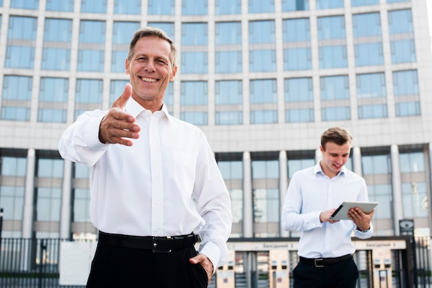 Geschäftsmannholding teilen aus