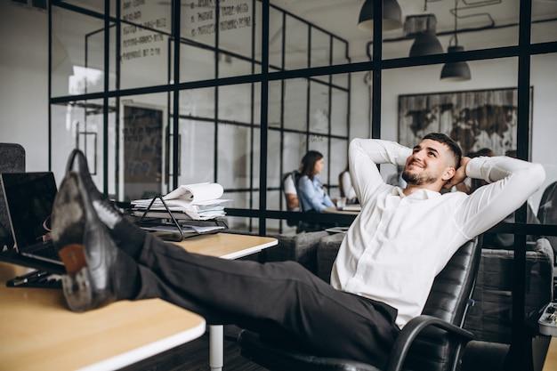 Geschäftsmanninhaber der firma im büro