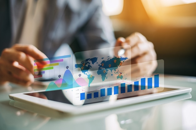 Geschäftsmanninvestitionsberater, der firmenfinanzbericht analysiert