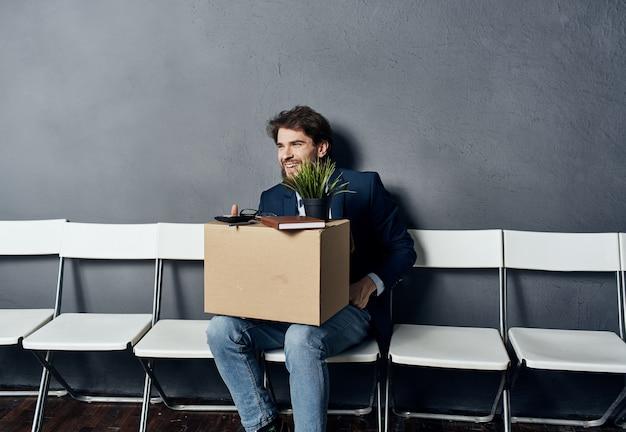 Geschäftsmannkassenarbeit, die auf stuhl sitzt
