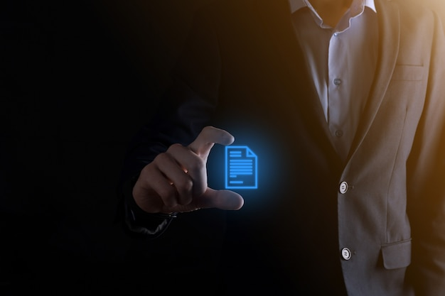 Geschäftsmannmann, der ein dokumentensymbol in seinem handdokumentverwaltungsdatensystem hält