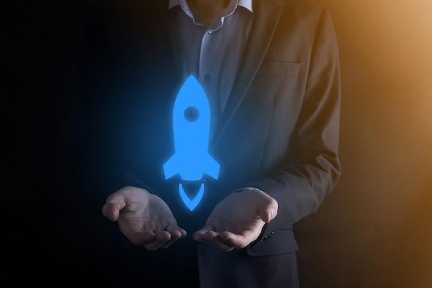 Geschäftsmannmann, der ein dokumentensymbol in seiner handdokumentverwaltungsdatensystem-geschäfts-internet-technologiekonzept hält. unternehmensdatenmanagementsystem dms.