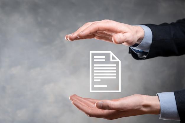 Geschäftsmannmann, der ein dokumentensymbol in seiner handdokumentverwaltungsdatensystem-geschäfts-internet-technologiekonzept hält