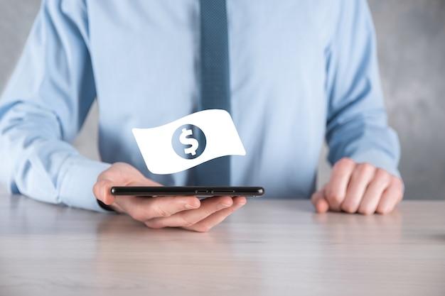 Geschäftsmannmann, der geldmünzensymbol in seinen händen hält. wachsendes geldkonzept für geschäftsinvestition und -finanzierung. usd oder us-dollar an dunkler wand.