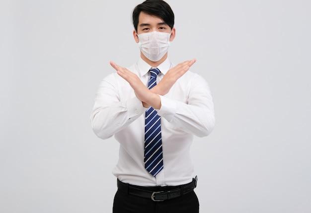 Geschäftsmannmann, der schutzmaske gegen die verschmutzung der bakterieninfektion des kalten grippevirus trägt