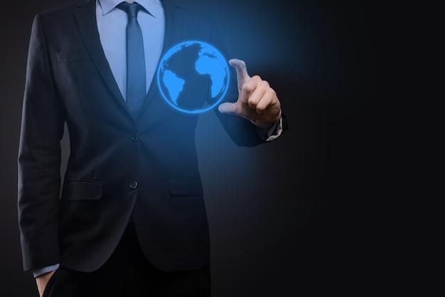 Geschäftsmannmannhand, die erdikone, digitaler globus hält.