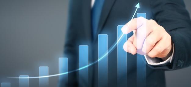 Geschäftsmannplandiagramm-wachstumsanstieg von positiven indikatoren des diagramms in seinem geschäft