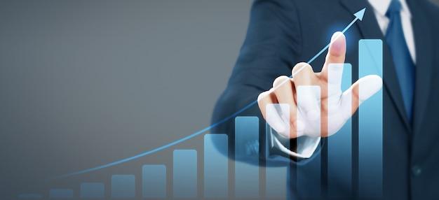 Geschäftsmannplandiagramm-wachstumszunahme von positiven indikatoren des diagramms in seinem geschäft