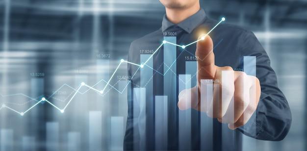 Geschäftsmannplandiagrammwachstum und zunahme der positiven diagrammindikatoren