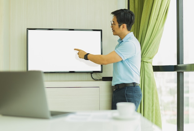 Geschäftsmannpräsentation im konferenzraum mit der hand, die auf den bildschirm zeigt