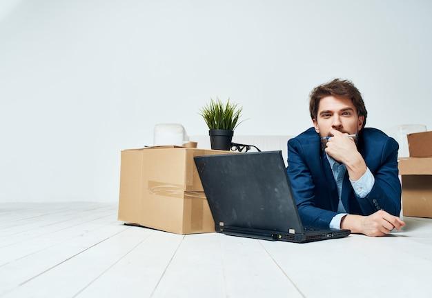 Geschäftsmannsachen in kisten, die an einen anderen arbeitsplatz umziehen