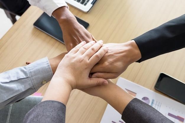 Geschäftsmannschaft teamwork partnerschaft zusammen konzept