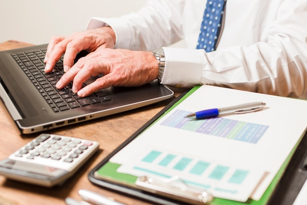Geschäftsmannschreiben auf laptop