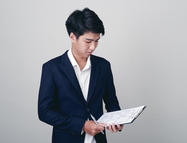 Geschäftsmannschreiben im notizbuch auf weiß