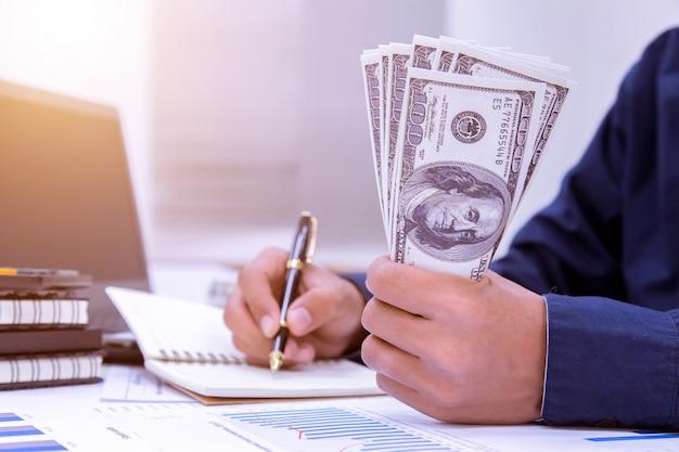 Geschäftsmannschreiben machen anmerkung und rechnen büro zu hause berechnen.