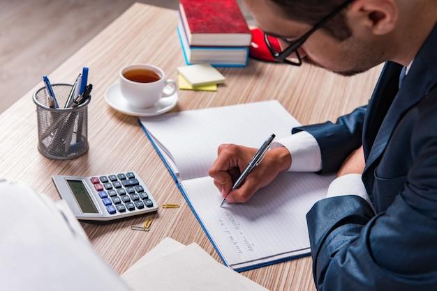 Geschäftsmannschreibensbericht im büro