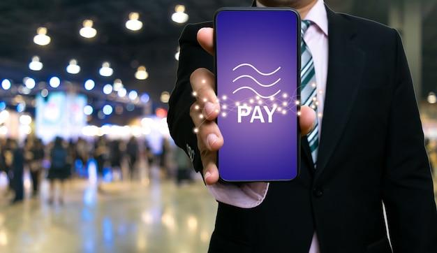Geschäftsmannshow smartphone waagemünze blockchain technologie