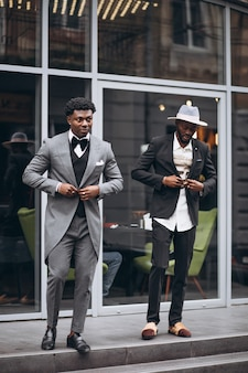 Geschäftsmannsitzung mit zwei afrikanern zusammen