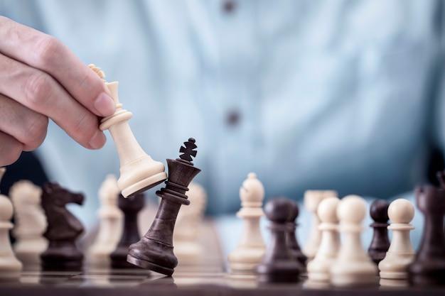 Geschäftsmannspiel mit schachspiel im wettbewerbserfolgsspiel