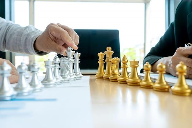 Geschäftsmannspielschach auf dem marketing-arbeitsplatz