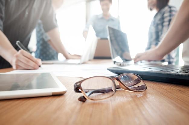 Geschäftsmannteamwork-brainstormingsitzung.