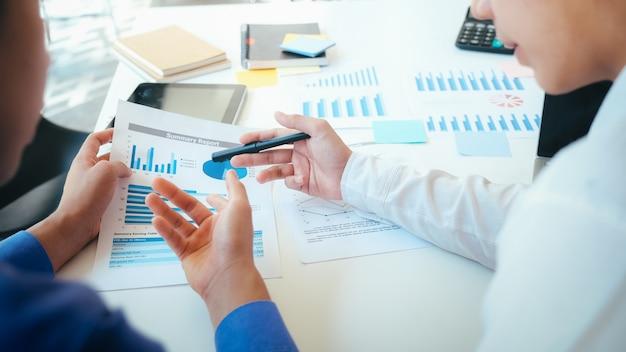 Geschäftsmannteamwork-sitzung, zum der investition zu besprechen.