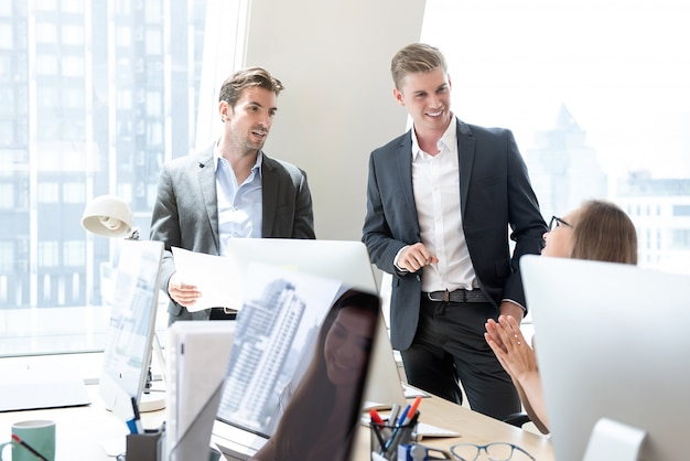 Geschäftsmannüberwachungskräfte, die mit personal sprechen