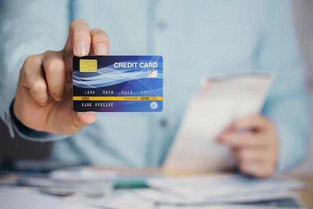 Geschäftsmannzahlungs-rechnungsempfang mit kreditkarte