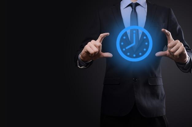 Geschäftsmannzeiger hält das symbol der stundenuhr mit pfeil. schnelle ausführung der arbeit. geschäftszeitmanagement und geschäftszeit sind geldkonzepte.