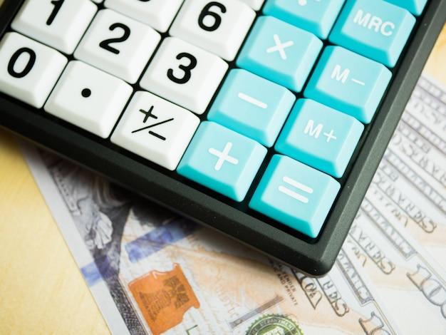 Geschäftsmarketingdiagramm und finanzanalysediagramm berichten mit taschenrechner auf dollargeld