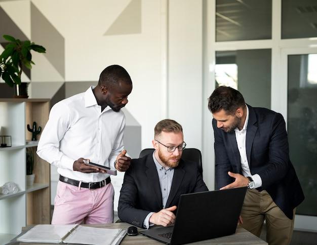 Geschäftsmitarbeiter arbeiten zusammen