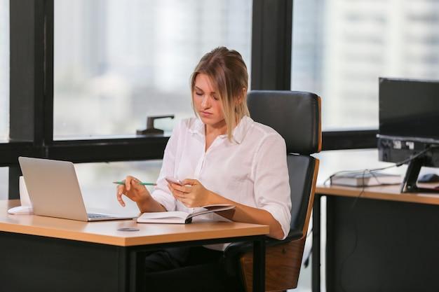Geschäftsmitarbeiter, die im büro zusammenarbeiten